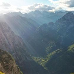 Údolí řeky Zadnjica v odpoledním Slunci