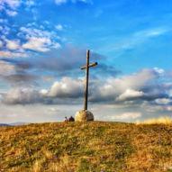 Nádherný kříž na kopci nad vesnicí O Cebreiro