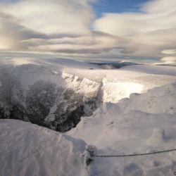 Výhled ze Sněžky na Studniční horu, Luční boudu a v dálce západní Krkonoše
