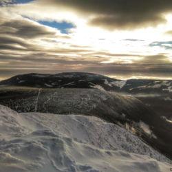 Výhled na jih, vpravo dole Obří důl, uprostřed Růžová hora a v dálce Černá hora.