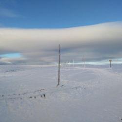Pohled před Luční boudou na lyžařskou zimní cestu přes Stříbrné návrší.